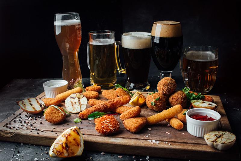 Разные виды пива с закусками